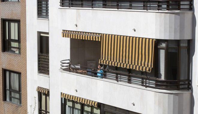 Γυναίκα σε μπαλκόνι