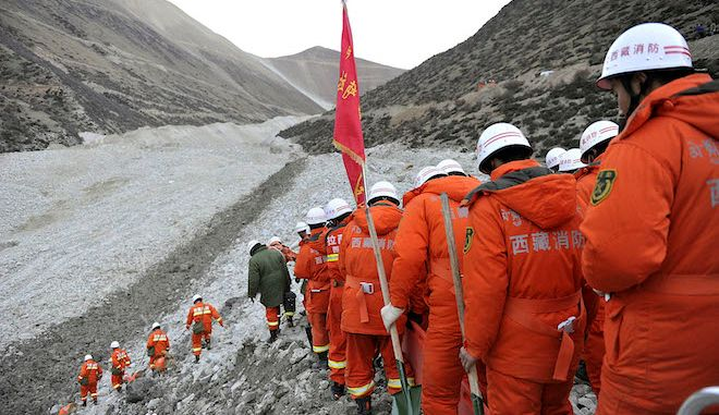 Διασώστες ψάχνουν για συντρίμμια σε ένα ορυχείο χρυσού μετά από μια κατολίσθηση, στο Θιβέτ, 30 Μαρτίου 2013.