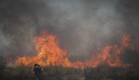 Καλύτερη η εικόνα των φωτιών σε Μητροπήσι και Φέριζα στη Λαυρεωτική