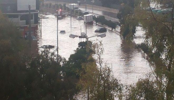 Τον Πειραιά χτύπησε η κακοκαιρία - Παρασύρθηκαν οχήματα στο Κερατσίνι