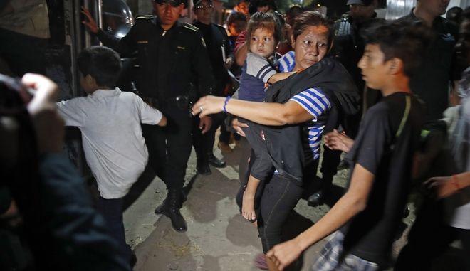 Μάνα με παιδί επιβιβάζεται σε λεωφορείο με προορισμό την Ονδούρα.