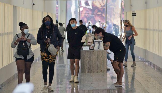 Κόσμος με μάσκα σε κατάστημα ρούχων στο Λος Άντζελες