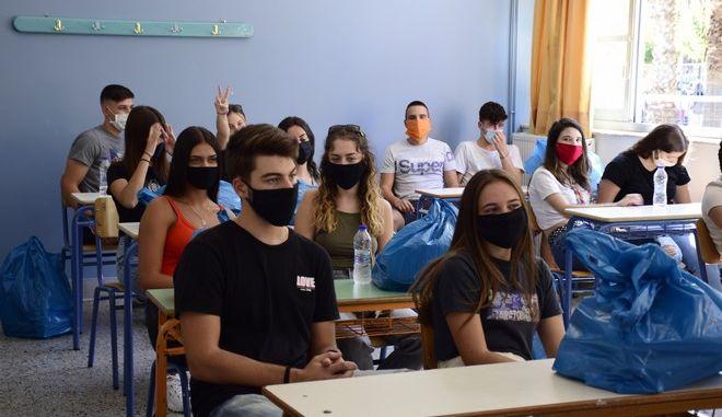 Παιδιά με μάσκες σε σχολική τάξη