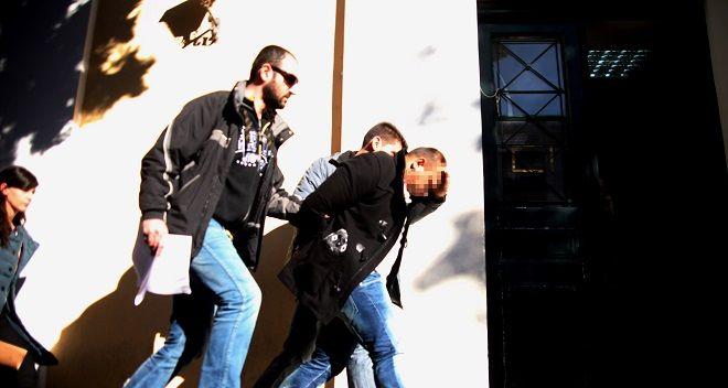 Ο Κοσμίν Γκαϊτάν ο οποίος παραδόθηκε και συνελήφθη για την δολοφονία του συγγραφέα Μένη Κουμανταρέα, οδηγείται από αστυνομικούς στον ανακριτή την Παρασκευή 9 Ιανουαρίου 2015. (EUROKINISSI/ΑΛΕΞΑΝΔΡΟΣ ΖΩΝΤΑΝΟΣ)