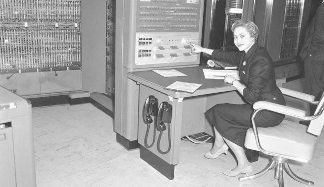 H παρουσίαση του  IBM 704 τον Μάιο του 1957