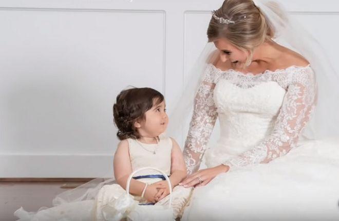 Αγωνίστρια ζωής: 3χρονη νίκησε τον καρκίνο και έγινε παρανυφάκι στο γάμο της γυναίκας που την έσωσε