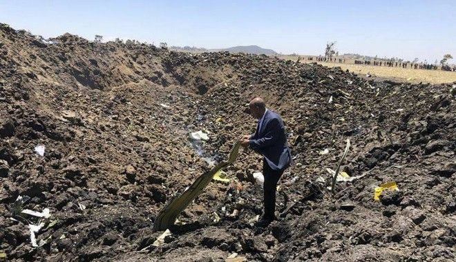 Ο CEO της Ethiopian Airlines, Tewolde Gebremariam, στο σημείο όπου συνετρίβη το μοιραίο Boeing, λίγο μετά την απογείωσή του από το αεροδρόμιο της Αντίς Αμπέμπα, με προορισμό το Ναϊρόμπι