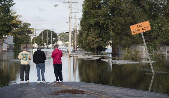Άνθρωποι στους δρόμους του Lumberton μετά το καταστροφικό πέρασμα του τυφώνα Μάικλ