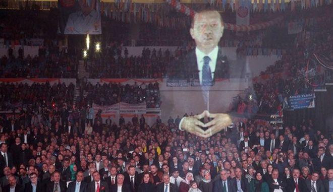 Hitech Ερντογάν: Εμφανίστηκε σε ομιλία του στη Σμύρνη με 3D ολόγραμμα
