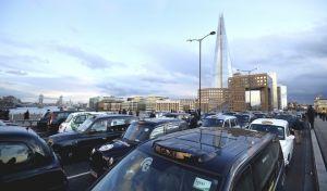Τα μαύρα ταξί 'φράκαραν' τη γέφυρα του Λονδίνου - Διαμαρτύρονται για την UBER