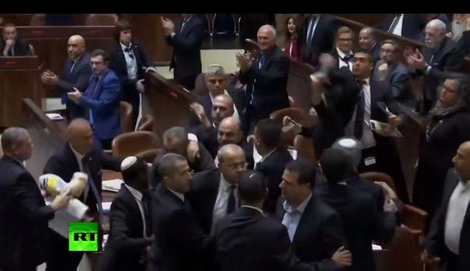 Βίντεο: Χαμός στη Βουλή του Ισραήλ την ώρα της ομιλίας του αντιπροέδρου των ΗΠΑ