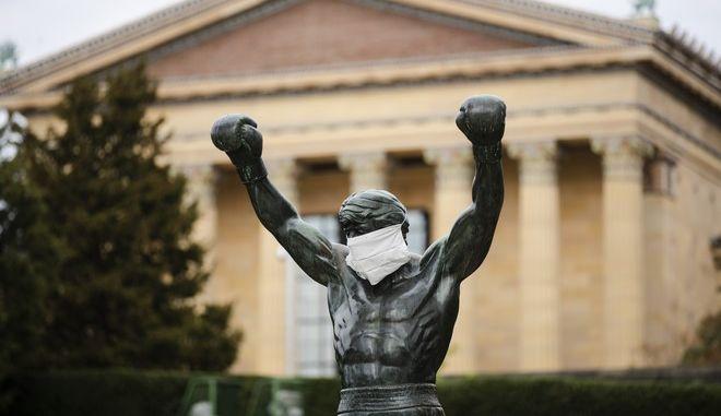 """Το άγαλμα του Ρόκι στη Φιλαδέλφεια """"φορά"""" μάσκα για τον κορονοϊό"""