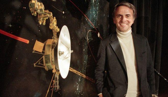 Ο Carl Sagan, καθηγητής αστρονομίας του Πανεπιστημίου Κορνέλ φωτογραφίζεται κατά τη διάρκεια ομιλίας του