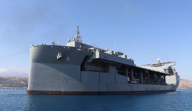 USS Hershel Williams: Το θηριώδες ελικοπτεροφόρο των ΗΠΑ που θα ελλιμενιστεί στη Σούδα