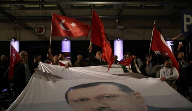 Pro-Erdogan Turkish people who live in Brussels demonstrate during the attempted coup in Turkey, in Brussels, Belgium on July 16, 2016. /                  , , , 16  2016.