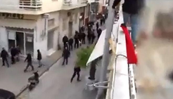 """Το Βίντεο από τη στρατιωτική παρέλαση Χρυσαυγιτών στο Κερατσίνι και την επίθεση στο """"Ρεσάλτο"""""""