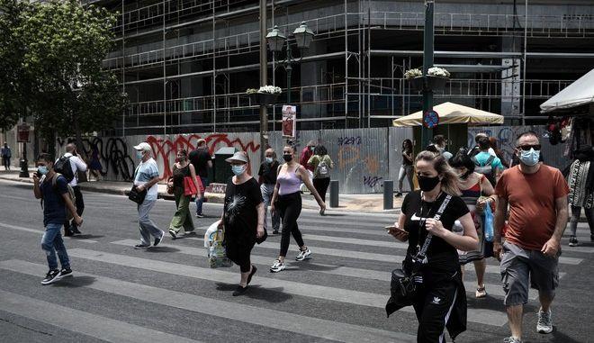Πολίτες με μάσκες στο κέντρο της Αθήνας.