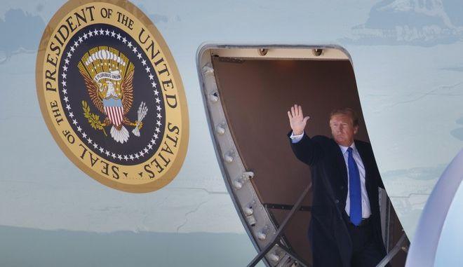 Ο Αμερικανός πρόεδρος Ντόναλντ Τραμπ κατά την αναχώρησή του για το Βιετνάμ