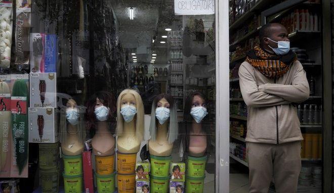 Άντρας φοράει μάσκα στη Γαλλία