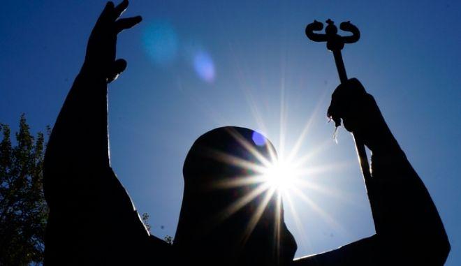 Οι ακτίνες του ήλιου πάνω από το άγαλμα του Χρυσόστομου στη Νέα Σμύρνη