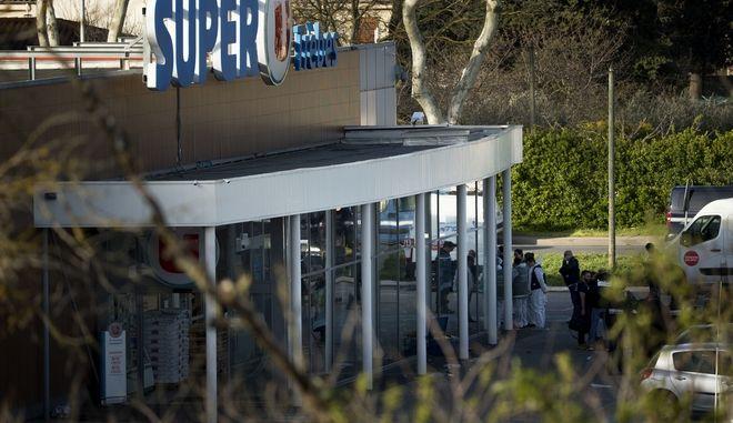 Αστυνομικοί και υπηρεσίες έκτακτης ανάγκης στο σουπερμάρκετ στο Τρεμπ όπου σημειώθηκε η τρομοκρατική επίθεση (AP Photo/Emilio Morenatti)