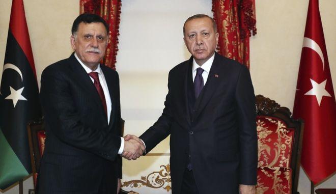 Ο Ερντογάν με τον πρωθυπουργό της Λιβύης Σάρατζ