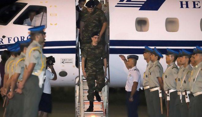 Πίσω στην Ελλάδα οι δύο Έλληνες στρατιωτικοί
