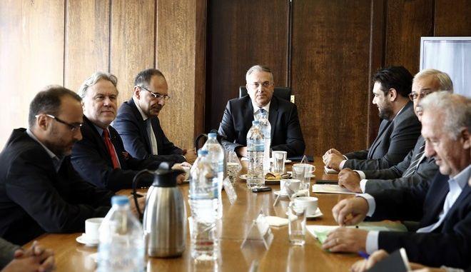 Ο υπουργός Εσωτερικών Παναγιώτης Θεοδωρικάκος (Κ) με τον υπουργό Επικρατείας Γιώργο Γεραπετρίτη (ΚΑ) και τον υφυπουργό Εσωτερικών, αρμόδιο για θέματα αυτοδιοίκησης και εκλογών, Θεόδωρο Λιβάνιο (ΚΔ) συνομιλούν με εκπροσώπους κομμάτων στην συνεδρίαση της Διακομματικής επιτροπής για την ψήφο των αποδήμων Ελλήνων, στο κτίριο του πρώην υπουργείου Διοικητικής Ανασυγκρότησης, Τετάρτη 16 Οκτωβρίου 2019. ΑΠΕ-ΜΠΕ/ΑΠΕ-ΜΠΕ/ΑΛΕΞΑΝΔΡΟΣ ΒΛΑΧΟΣ