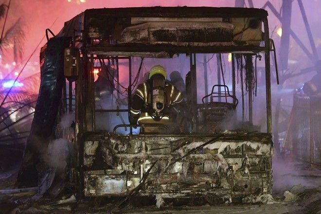 Ένας Ισραηλινός πυροσβέστης σβήνει ένα φλεγόμενο λεωφορείο στη Λωρίδα της Γάζας