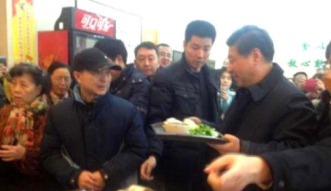 Στην ουρά για ψωμάκια ατμού ο πρόεδρος της Κίνας