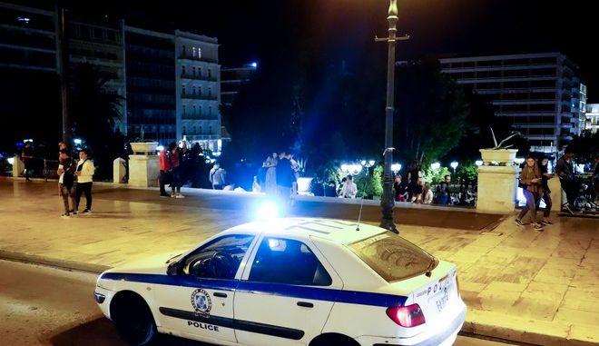 Έλεγχος της αστυνομίας στο Σύνταγμα στο πλαίσιο των μέτρων για τον κορονοϊό