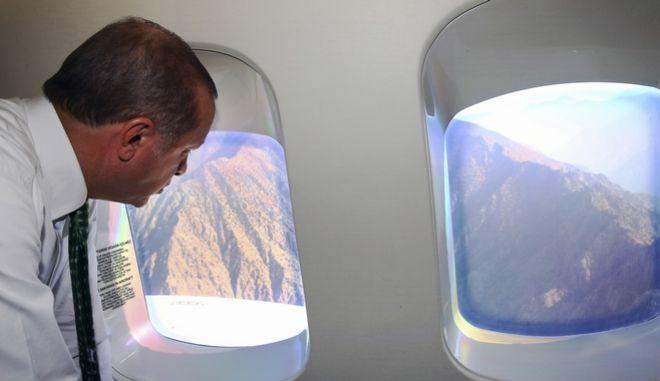 Ο Τούρκος πρόεδρος Ρετζέπ Ταγίπ Ερντογάν στο αεροπλάνο πάνω από τη Μαύρη Θάλασσα (Kayhan Ozer/Pool via AP)