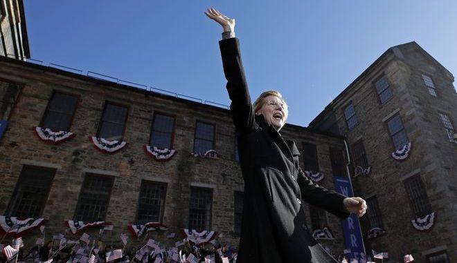 Sen. Elizabeth Warren, χαιρετά το πλήθος