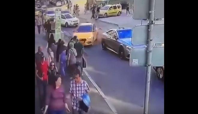 Βίντεο: Η στιγμή που το ταξί πέφτει στους πεζούς στη Μόσχα