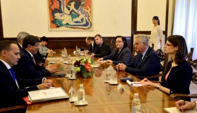 Ο Νταβούτογλου ζήτησε τη βοήθεια της Σερβίας για την αποκατάσταση των σχέσεών της με τη Ρωσία