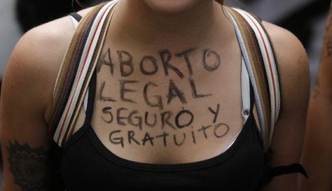 Γυναίκα σε πορεία διαμαρτυρίας για το δικαίωμα στην έκτρωση