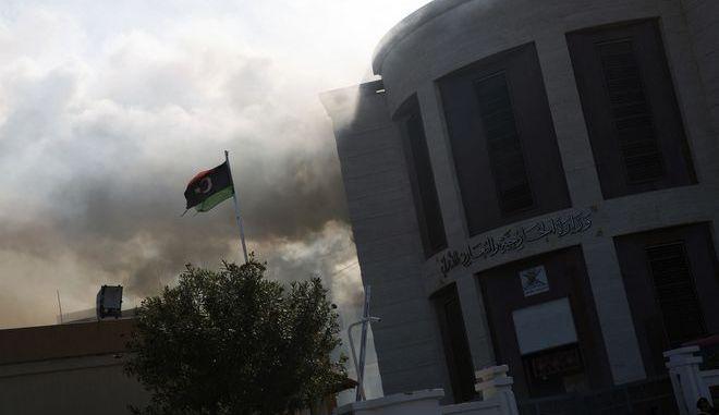Καπνοί από το υπουργείο Εξωτερικών της Λιβύης στην Τρίπολη μετά από επίθεση του ISIS