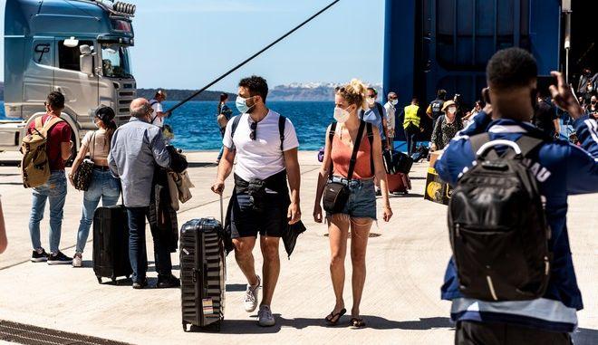 Τουρίστες στο λιμάνι της Σαντορίνης.