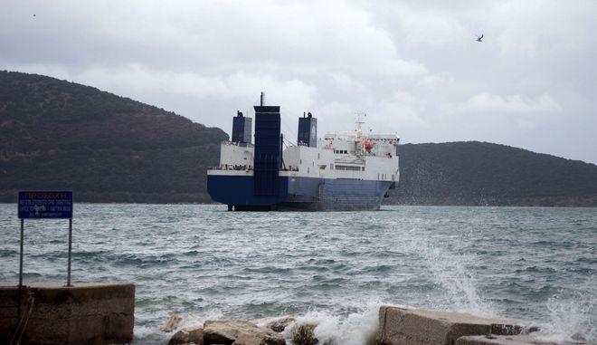 Ακυβέρνητο έμεινε, λόγω των σφοδρών ανέμων, πλοίο στο παλαιό λιμάνι της Ηγουμενίτσας. Ήταν δεμένο, λύθηκαν όμως οι κάβοι και το πλοίο παρασύρθηκε στα ανοιχτά. (EUROKINISSI // ΣΥΝΕΡΓΑΤΗΣ)