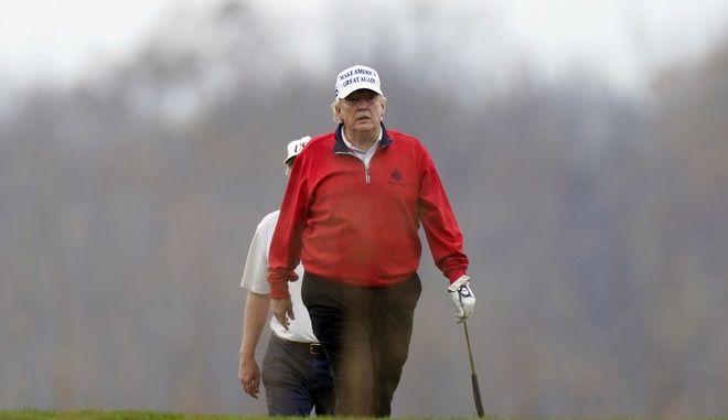 Ο Ντόναλντ Τραμπ σε γήπεδο γκολφ