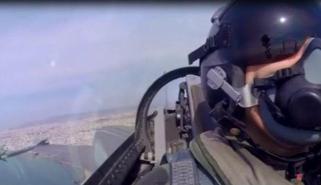 Οι ελιγμοί του F-16 και το μήνυμα του πιλότου: Το ΟΧΙ συμβολίζει την ενότητα των Ελλήνων