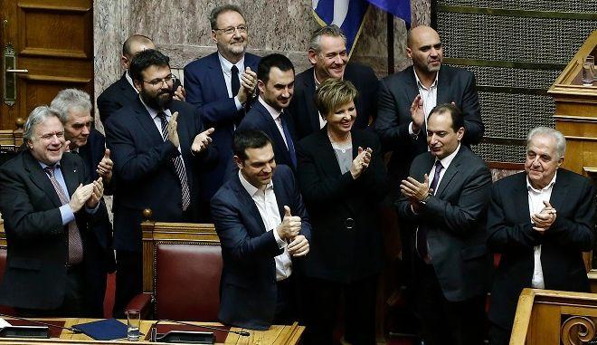 Ο πρωθυπουργός Αλέξης Τσίπρας (Κ), με τους υπουργούς χειροκροτούν μετά την ανακοίνωση του αποτελέσματος της ψηφοφορίας στη συζήτηση στην Ολομέλεια της Βουλής για παροχή ψήφου εμπιστοσύνης προς την κυβέρνηση, Τετάρτη 16 Ιανουαρίου 2019.
