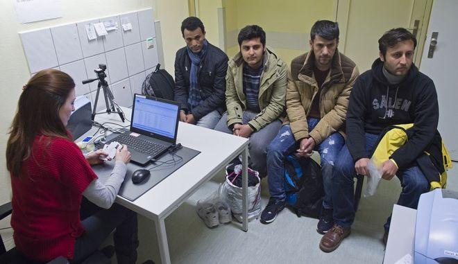Μετανάστες κάνουν αίτηση για άσυλο στη Γερμανία τον Φεβρουάριο του 2016