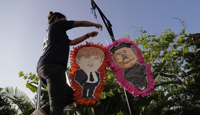 Πινιάτες σε εστιατόριο του Μεξικό με τις μορφές των Ντόναλντ Τραμπ και Κιμ Γιονγκ Ουν