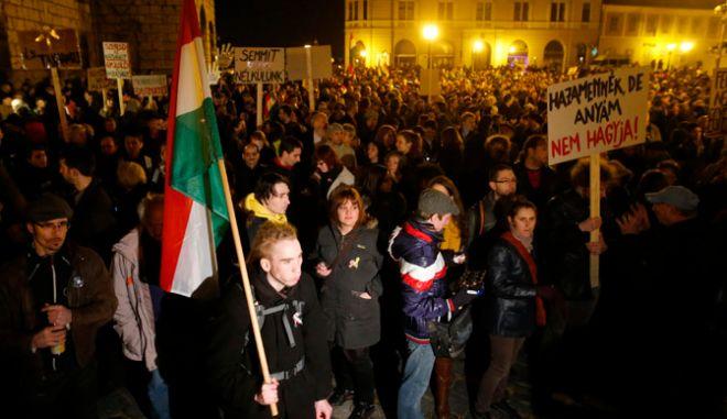 Ουγγαρία: Χιλιάδες στους δρόμους για το σύνταγμα