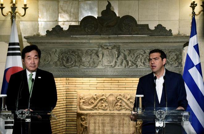 Στιγμιότυπο από τις κοινές δηλώσεις του πρωθυπουργού Αλέξη Τσίπρα (Α) και του Κορεάτη ομολόγου του Lee Nak-yon (Α) στο Μέγαρο Μαξίμου, μετά την ολοκλήρωση της συνάντησης των δυο πρωθυπουργών, Δευτέρα 23 Οκτωβρίου 2017 (EUROKINISSI/Τατιάνα Μπόλαρη)