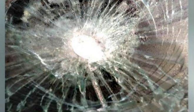 Χανιά: Αδέσποτη σφαίρα από μπαλοθιά χτύπησε ΙΧ με οικογένεια