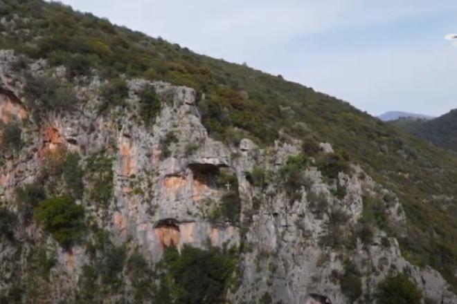 Η τρύπα του Αη Γιώργη: Το εκπληκτικό μνημείο της φύσης από ψηλά