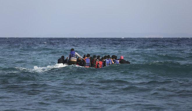 Μετανάστες και πρόσφυγες σε βάρκα στο Αιγαίο