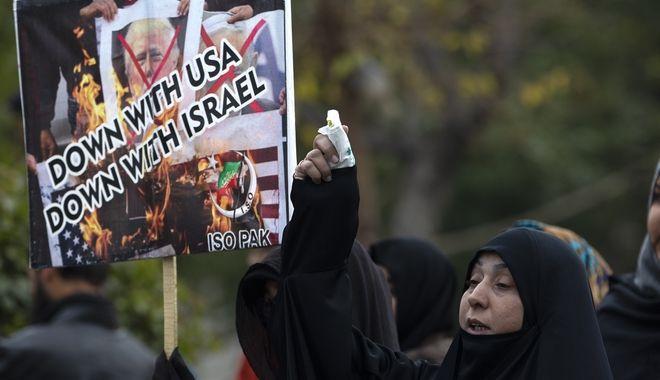 Διαδηλωτές κατά των ΗΠΑ και του Ισραήλ στο Ιράν